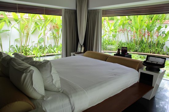 Banyan Tree Spa Sanctuary: Nice bedroom surrounded by lotus