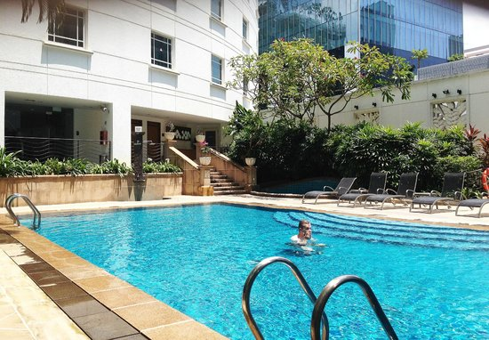 Quiet Haven The 3rd Floor Pool Picture Of Rendezvous Hotel Singapore By Far East Hospitality