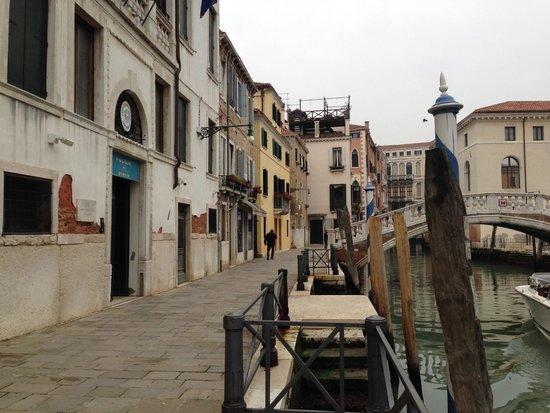 Al Bailo di Venezia: набережная,на которой располагается отель