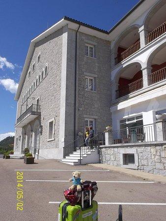 Parador de Vic-Sau: 駐車場と建物外観