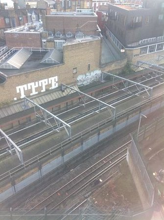 Travelodge London Central Kings Cross : delightful view of urban decay from room