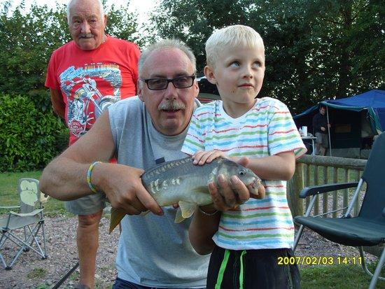Camping Etang des Haizes : Grandad look what ive caught