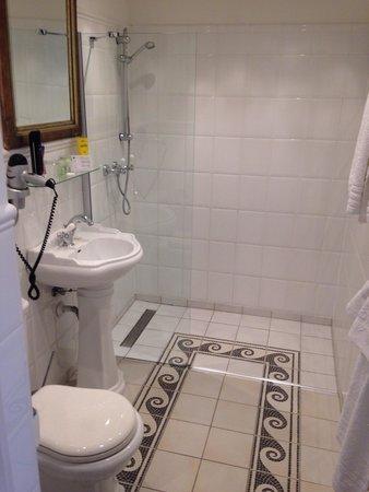Antik : Bathroom is clean and looks very nice :-)