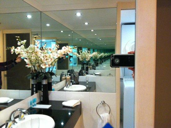 Ocean Plaza Resort: Main bathroom.