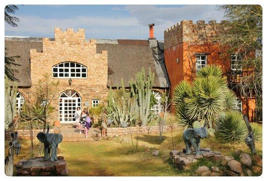 Okambara Elephant Lodge: Haupshaus