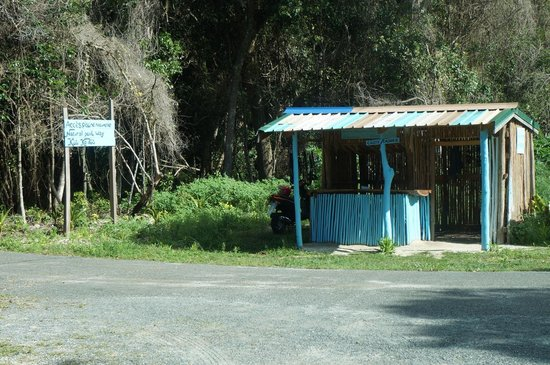 Hut on the road you can hire your snorkel gear from for Piscine naturelle