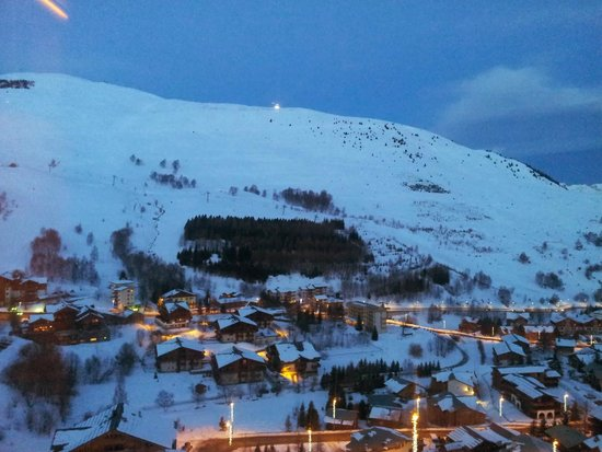 Club Med Les-Deux Alpes: Вечерний курорт.