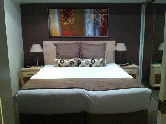 Oaks Horizons Apartment Hotel: Large bed!