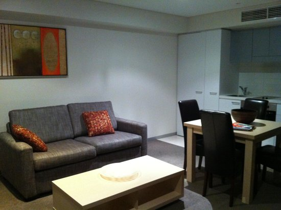 Oaks Horizons Apartment Hotel: Living area with kitchenette