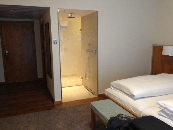 Golden Tulip Olymp Hotel: Camera con vista doccia