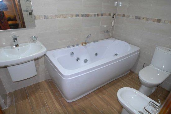 salle de bain avec baignoire hydro-masseur - Photo de Ifrane ...