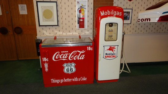 Route 66 Hotel And Conference Center : old vending machine