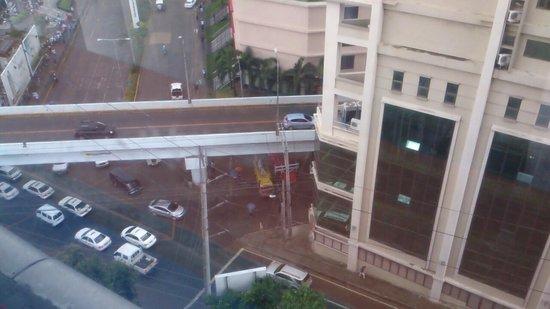 Cebu Parklane International Hotel: 部屋からの眺め正面にアヤラ