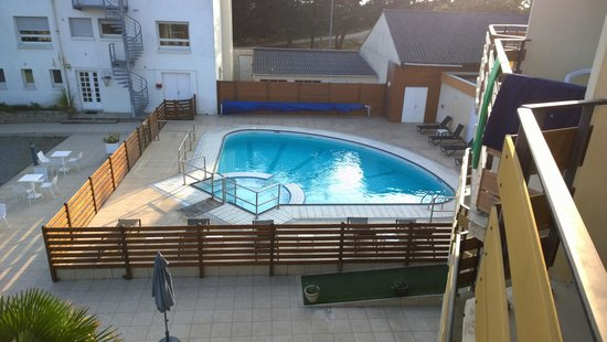 Hotel de la Pointe de Mousterlin : Vue sur la piscine de notre chambre avec balcon