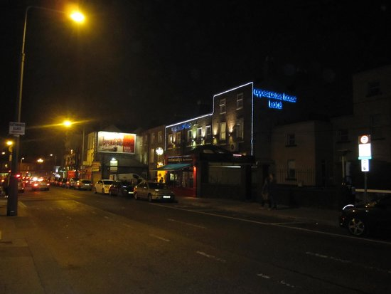 Uppercross House Hotel: Hotel at night