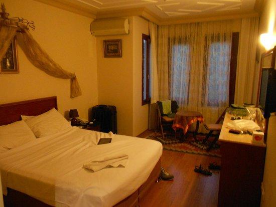 Hotel Peninsula : La chambre est spacieuse