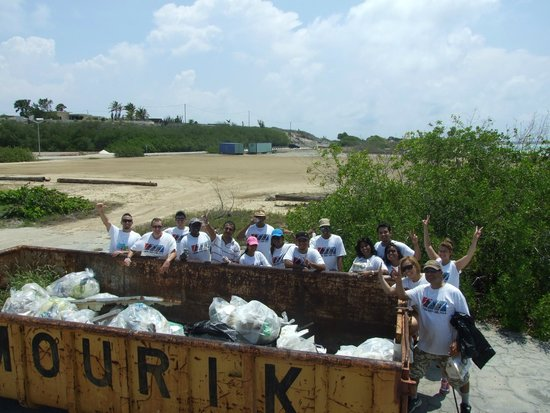 Diamonds International: DI Lend-A-Hand team collaborating in the 20th Aruba Reef Care Beach Cleanup Project!