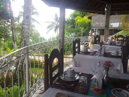 Hotel Pousada Natureza: Restaurante da Pousada, organizado para o cafe da manha com vista pro mar.