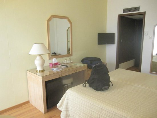 BEST WESTERN Candia Hotel : lots of space in room