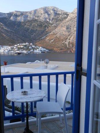 Delfini Hotel Sifnos: Vue sur le port de Kamares d'une des fenetres de la chambre 4