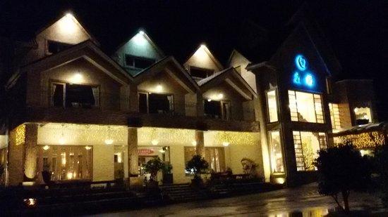 Crystal Resort: 白天園區景色漂亮,夜晚也很美。