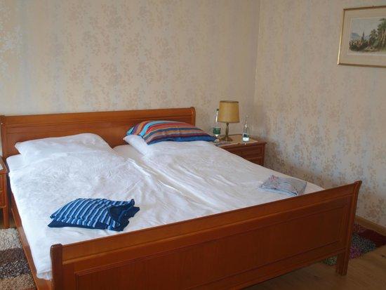 Hotel Sonne : Nos pyjamas prêts pour se coucher.