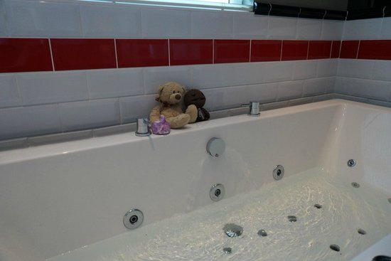 Antico Boutique Hotel: whirlpool tub (teddies not included)