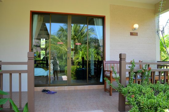 Kata Lucky Villa & Pool Access: Terrassen till rummet