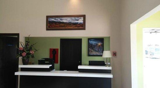 Baymont Inn & Suites Montrose: Front Desk
