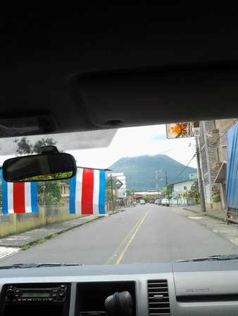 Hotel La Fortuna: The street where the hotel is located