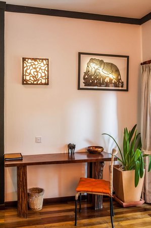 Three Room d'Angkor Boutique : sitting dest in suite