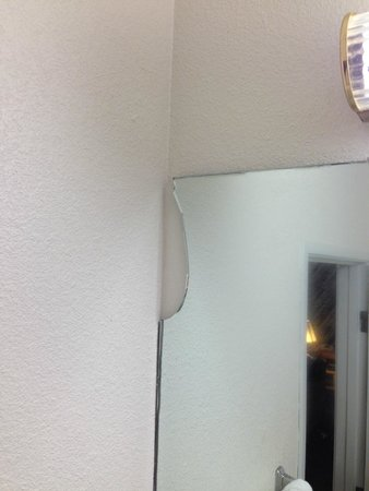 Best Western Woodburn: broken mirror