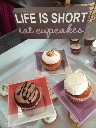 Dulcis Vita Bakery and Coffee Shop: Family Cupcake 🎂