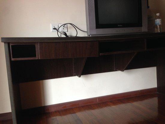 Bukit Gambang Resort City : Sagging tv rack