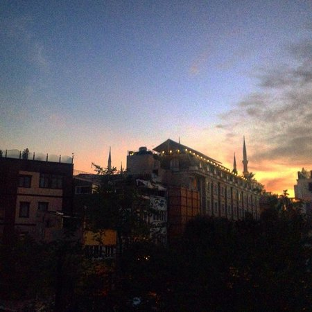 Hotel Amira Istanbul: Sunrise view from bedroom