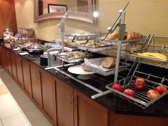 SpringHill Suites Bakersfield: Breakfast spread