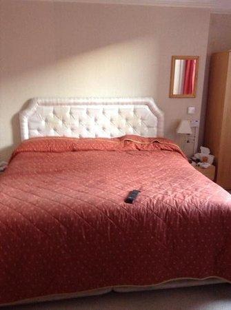 Menai Bank Hotel: bed