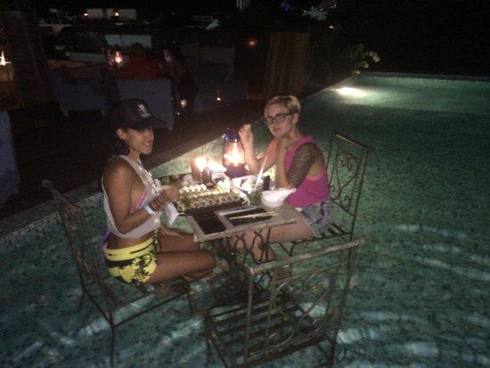 Be Playa Hotel: eating in the pool