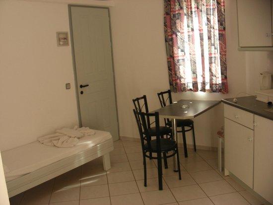 Sunshine Studios : Room with kitchen corner