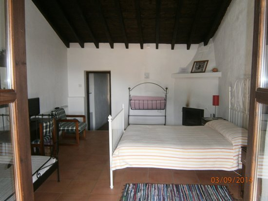 Ambelikos AgroHotel : Our room ... notice the antique baby's crib