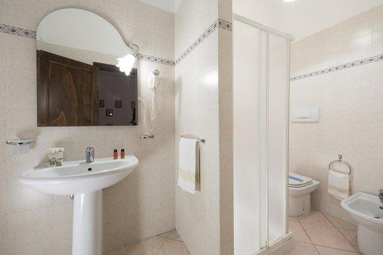 La Loggia - Villa Gloria: bagno con doccia