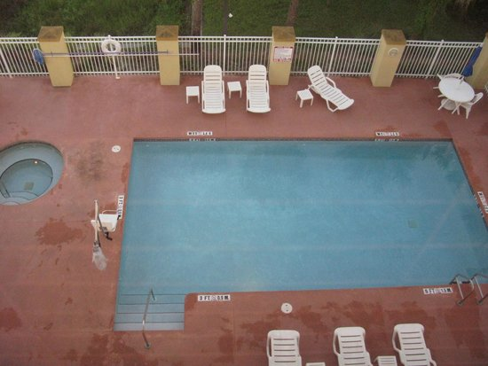 Comfort Suites Orlando Airport: Outdoor pool and hot tub