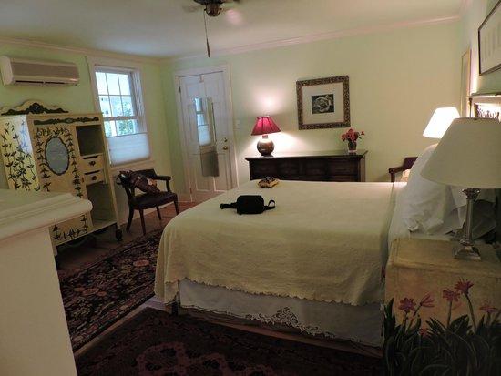 Lazy Jack Inn on Dogwood Harbor : Garden Suites lovely comfortable bed