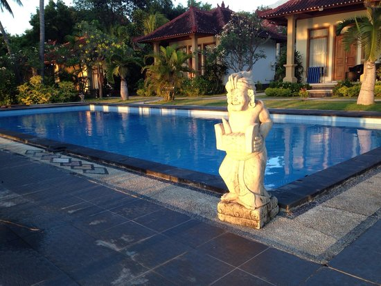 Puri Madha Bungalows: Pool which is often used for confined water session during open water certification. The deepest