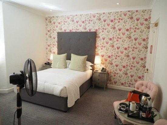The Roseate Villa Bath: lovely wall in bedroom
