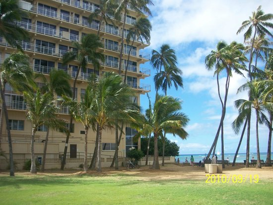The New Otani Kaimana Beach Hotel: entering waikiki