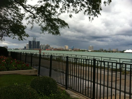 Canadian Club Brand Center: Beautiful view of the river and Detroit skyline