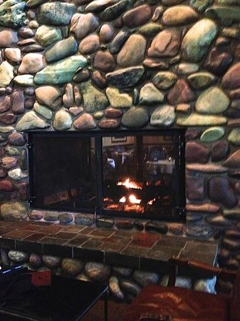 Grouse Mountain Lodge: Fireplace in hotel bar