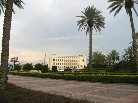 Holiday Inn & Suites Across from Universal Orlando : Hotel Exterior