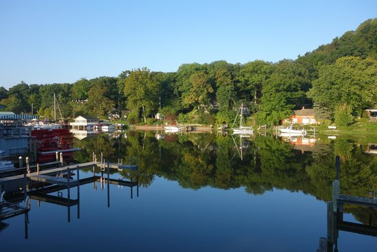 Saugatuck Landings Luxury Suites & Marina: Balcony view early in the morning